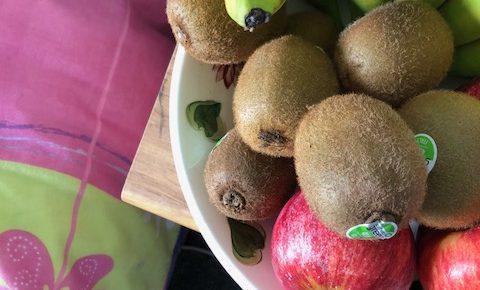 皿に乗ったフルーツ